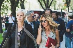 La gente de moda en el ` s de Milan Men forma semana Imagenes de archivo