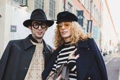 La gente de moda en el ` s de Milan Men forma semana Imágenes de archivo libres de regalías