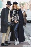 La gente de moda en el ` s de Milan Men forma semana Fotos de archivo libres de regalías