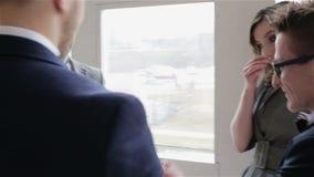 La gente de moda está en una reunión de negocios almacen de metraje de vídeo