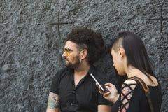 La gente de moda que presenta durante el ` s de Milan Men forma semana Imagenes de archivo