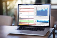 La gente de la tecnología de la información del negocio trabaja Analytics de los datos duros Foto de archivo libre de regalías