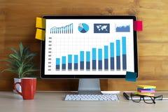La gente de la tecnología de la información del negocio trabaja Analytics de los datos duros imagen de archivo libre de regalías