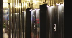 La gente Defocused está saliendo de los elevadores en un centro de negocios o un hotel moderno almacen de metraje de vídeo