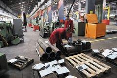 La gente degli operai in fabbrica Fotografie Stock Libere da Diritti