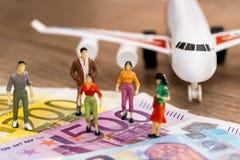 la gente dei giocattoli vicino all'euro ed all'aereo fotografia stock