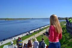La gente dei vacanzieri sull'argine del fiume Volga Fotografia Stock