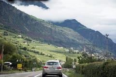 La gente dei viaggiatori che conduce automobile sulla strada della strada principale alla campagna Fotografie Stock Libere da Diritti