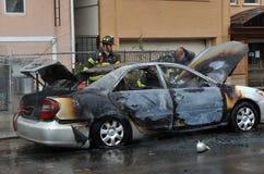 La gente del corpo dei vigili del fuoco ha combattuto il fuoco fotografia stock