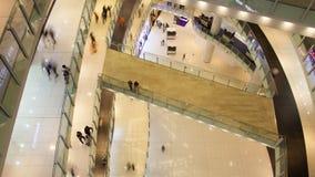 La gente del corridoio del centro commerciale traffica la vista da sopra timelapse video d archivio