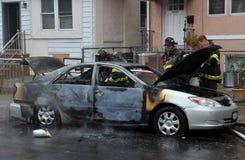 La gente del cuerpo de bomberos luchó el fuego Fotografía de archivo