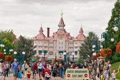 La gente del Disneyland Parigi al cancello di uscita Fotografia Stock Libera da Diritti