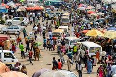 La gente del Ghana non identificata compra e vende le merci al Kumasi m. immagini stock libere da diritti