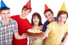 La gente del grupo come la torta. Imágenes de archivo libres de regalías