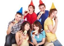 La gente del grupo come la torta. Fotos de archivo