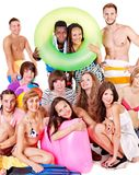 La gente del gruppo che tiene gli accessori della spiaggia. Fotografie Stock Libere da Diritti