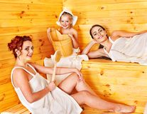 La gente del gruppo con il bambino nella sauna. Immagine Stock Libera da Diritti