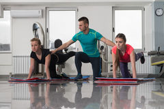 La gente del gruppo durante la classe di aerobica Immagine Stock