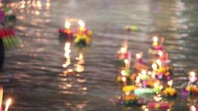 La gente del lapso de tiempo trae boyante adornada al río en el festival de Loykratong en el día de la Luna Llena del duodécimo m metrajes