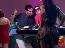 La gente del partito con il DJ Immagini Stock