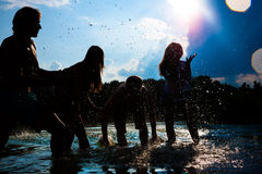 La gente del partito di estate sulla spiaggia Fotografia Stock