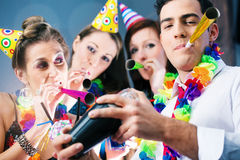La gente del partito nella barra che celebra carnevale Fotografia Stock Libera da Diritti