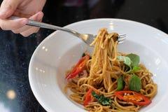 La gente del primo piano che mangia gli spaghetti Fotografia Stock
