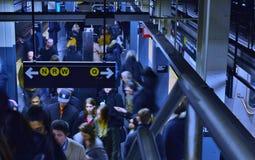 La gente del sottopassaggio di NY in treno sotterraneo ammucchiato della stazione della metropolitana occupata fotografia stock