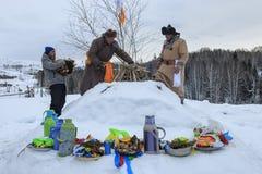 La gente del Tuva, una delle minoranze in Cina, eseguente un rito religioso nel villaggio di Hemu Immagine Stock Libera da Diritti
