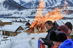 La gente del Tuva, una delle minoranze in Cina, eseguente un rito religioso nel villaggio di Hemu Fotografie Stock