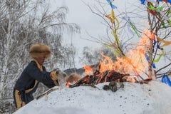 La gente del Tuva, una delle minoranze in Cina, eseguente un rito religioso nel villaggio di Hemu Fotografie Stock Libere da Diritti