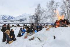 La gente del Tuva, una delle minoranze in Cina, eseguente un rito religioso nel villaggio di Hemu Immagini Stock Libere da Diritti