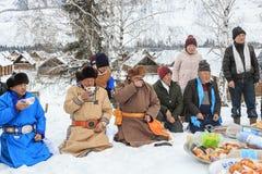 La gente del Tuva, una delle minoranze in Cina, eseguente un rito religioso nel villaggio di Hemu Fotografia Stock