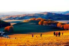 La gente del visitante en la puesta del sol de la ladera Imagen de archivo