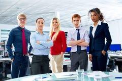 La gente del youg del gruppo dell'uomo d'affari all'ufficio Fotografia Stock