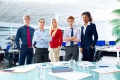 La gente del youg del gruppo dell'uomo d'affari all'ufficio Fotografia Stock Libera da Diritti