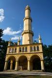 La gente delante del puesto de observación romántico del alminar de Lednice se eleva Imagenes de archivo