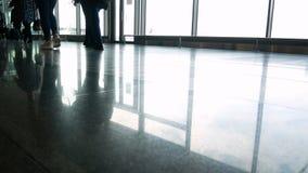 La gente dell'aeroporto del passeggero archivi video