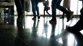 La gente dell'aeroporto del passeggero stock footage