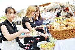 La gente dell'alimento del buffet Immagine Stock