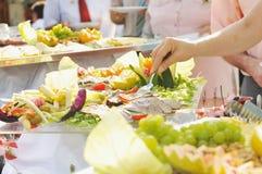 La gente dell'alimento del buffet Immagine Stock Libera da Diritti