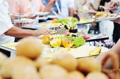 La gente dell'alimento del buffet Immagini Stock Libere da Diritti