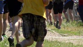 La gente dell'atleta dei partecipanti della concorrenza che passa erba video d archivio