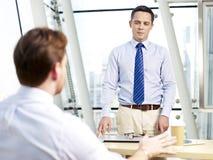La gente dell'ufficio che discute affare fotografie stock