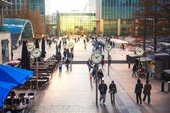 La gente dell'ufficio di Londra che ottiene sul lavoro Primo mattino nell'aria di Canary Wharf Fotografia Stock