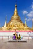 La gente della Birmania è pagoda di Shwedagon di culto fotografia stock