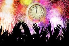 La gente della folla con l'orologio ed i fuochi d'artificio Fotografie Stock