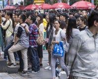 La gente della folla in strada dei negozi chengdu fotografia stock