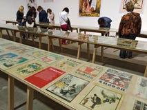 La gente della mostra osserva l'esposizione del ` satirico del pepe del ` dell'almanacco sulla mostra del libro nel museo dell'ar Fotografia Stock Libera da Diritti