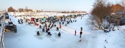 La gente della pesca sul ghiaccio immagine stock libera da diritti